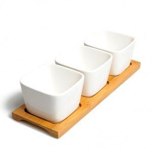 Trois petits plat de service sur planche en bambou
